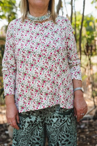 חולצה מדגם קשת עם הדפס פרחים על רקע לבן