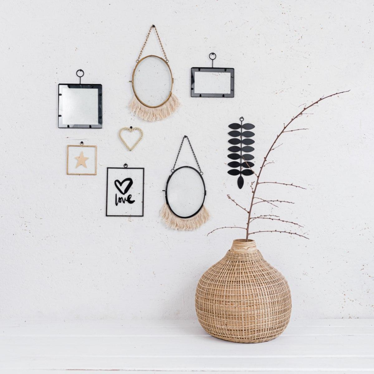 קיר מעוצב עם שילוב אלמנטים שונים