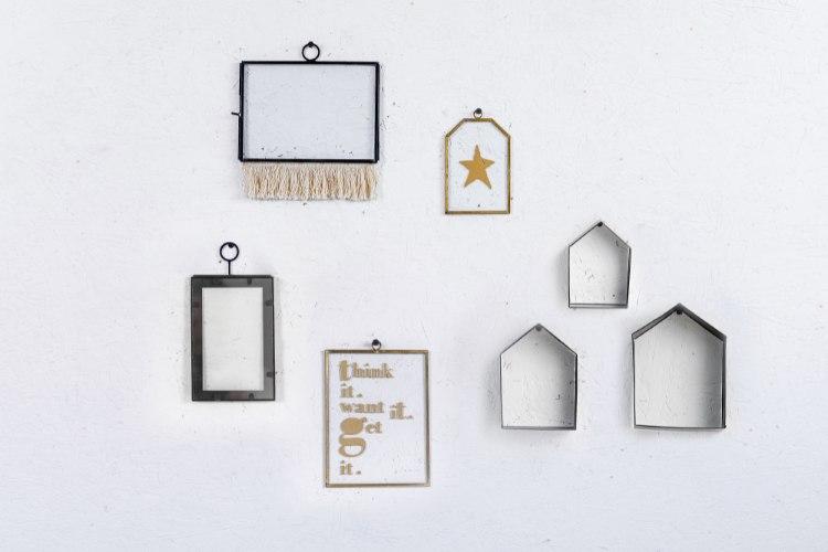 קיר מעוצב בשילוב אקלקטי של אלמנטים