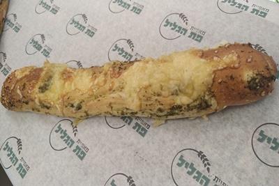 מקלון פסטו גבינה