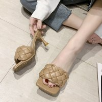 נעלי עקב צמה קלועה- ההצגה של קיץ 2021