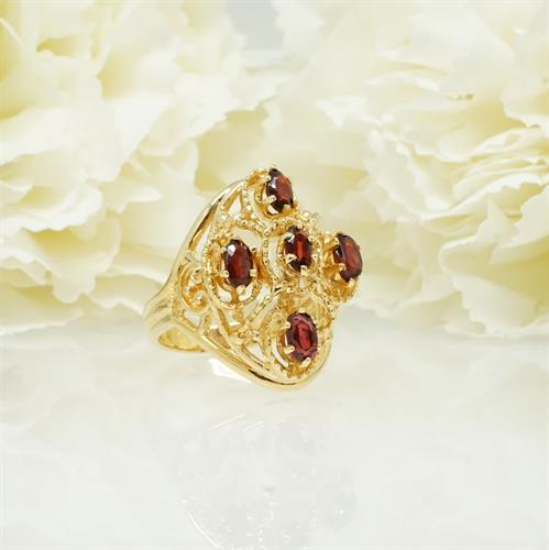 טבעת זהב מרשימה עם אבני גרנט בחיתוך אובלי