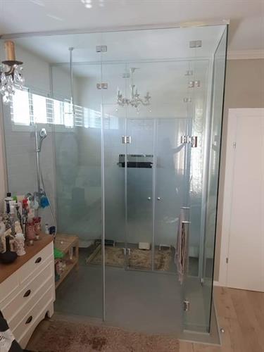 מחיצת זכוכית חדר שינה מקלחת 3