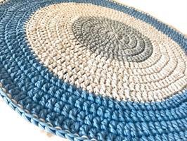 שטיח סרוג, פוף סרוג, שטיחים סרוגים, עיצוב חדרים, עיצוב חדרי ילדים, עיצוב חדר לבן, עיצוב חדר לנער, שטיח בגווני ג'ינס ואפור
