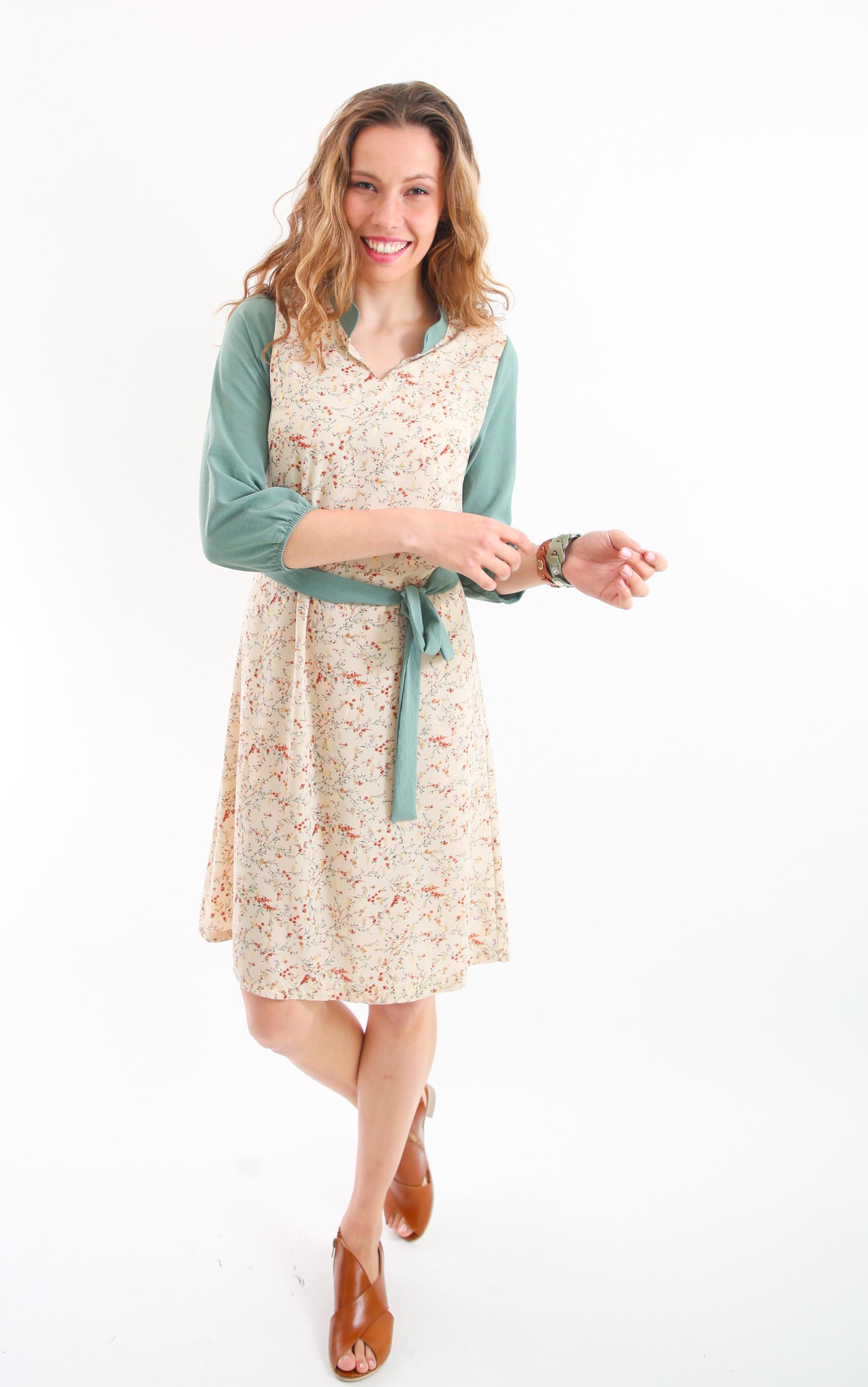 שמלת עירית פרחונית עם שרוול תכלת.