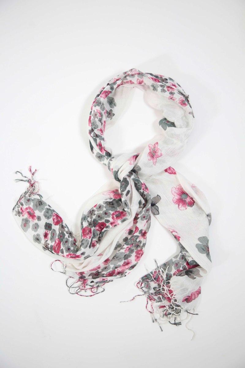 צעיף לבן עם דוגמת פרחים