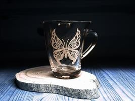 פרפר תחרה חרוט על ספל קפה מיוחד