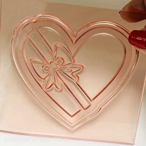 טופר לב עם סרט מתנה | תבנית טופר לב לעוגת יום הולדת | יום אהבה | חדש מאתי דבש