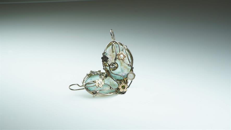 עגילי כסף מושחר נופלים עם זכוכית רומית