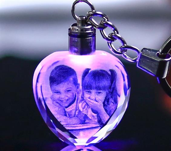 מחזיק מפתחות קריסטל עם חריטת תמונה ולד צבעוני