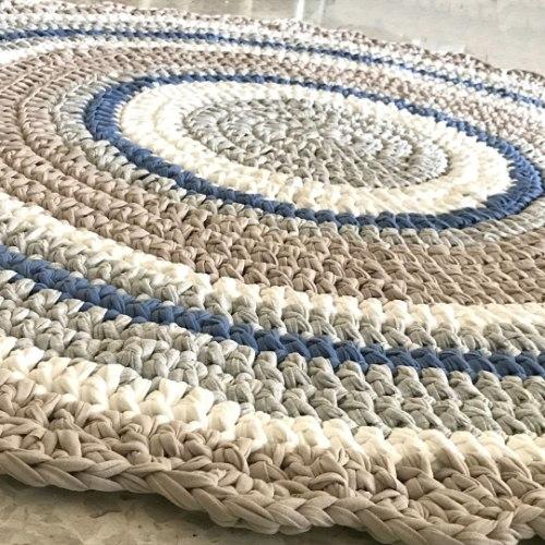 שטיח לחדר הילדים סרוג בחוטי טריקו בגוונים נורדיים ושילוב גון ג'ינס