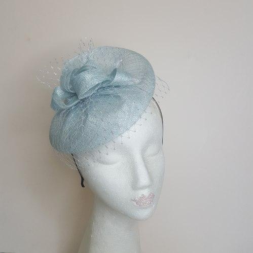 כובע קוקטייל תכלת עם רשת כסופה