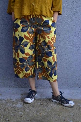 מכנסיים באורך 3/4 מדגם גלי עם הדפס על רקע צהוב
