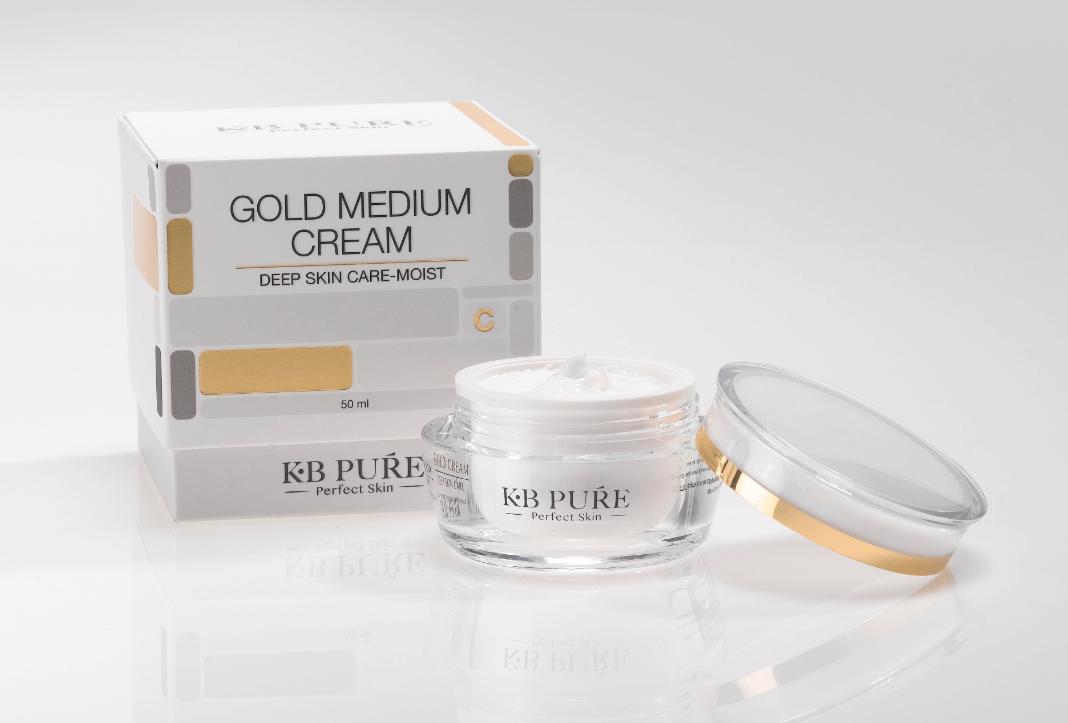 קרם לחות גולד קרם פעיל מבית KB PURE המכיל רכיבים ננו טכנולוגיים, המרפא ומשקם שינויים החלים במהלך השנים בעור הפנים.