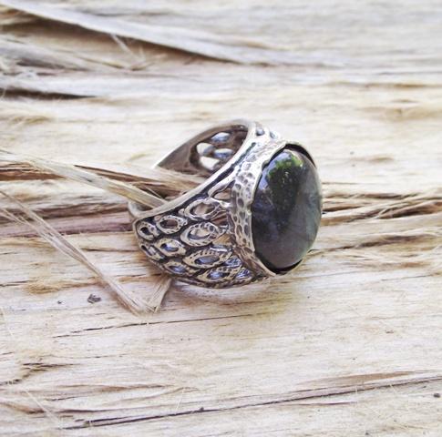 טבעת כסף טקסטורת נוצות עם אבן לברדורייט בוהקת