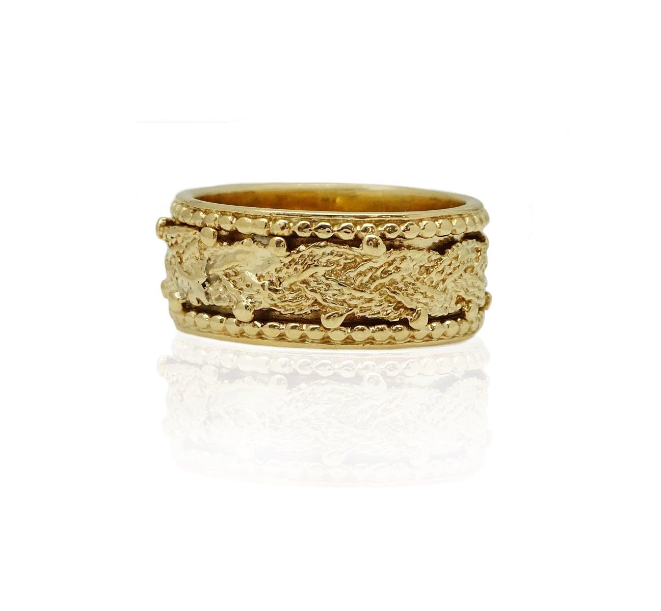 טבעת זהב עבה מלאת נוכחות עם עיטורי זהב