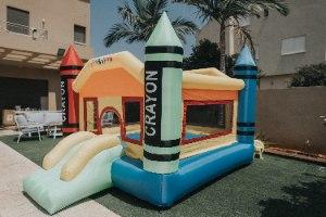 מתקן קפיצה מתנפח צבעי פנדה - D3628 - Crayon מבית Jumpy Jump העולמית-קפיץ קפוץ