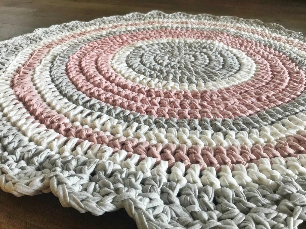 שטיח לחדר של ילדה, שטיח סרוג, ורוד מעושן, ורוד עתיק, שטיח בגוונים מעושנים, שטיחים סרוגים, שטיחים, שטיח לחדר ילדים, שטיח עגול, שטיח ורוד ואפור, שטיח ורוד מעושן , ורוד עתיק