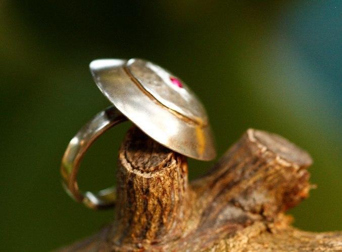 טבעת זריחת השמש מכסף עם שיבוץ של זרקון בצבע בורדו