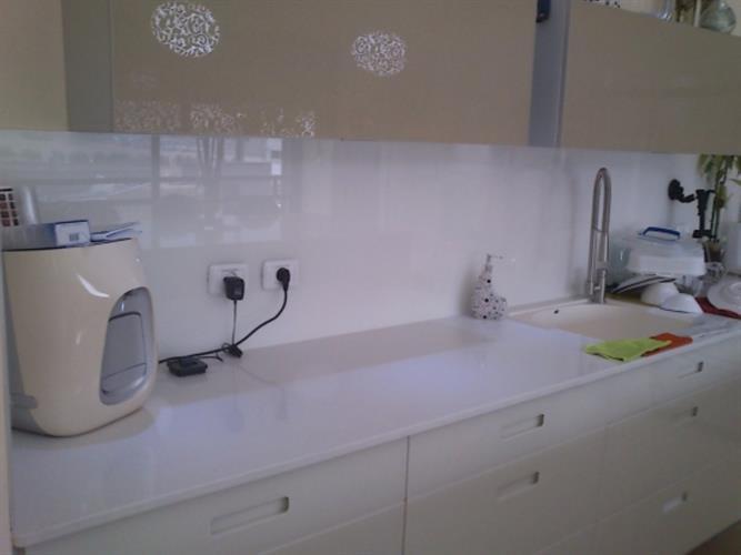 חיפוי זכוכית למטבח לבן 3