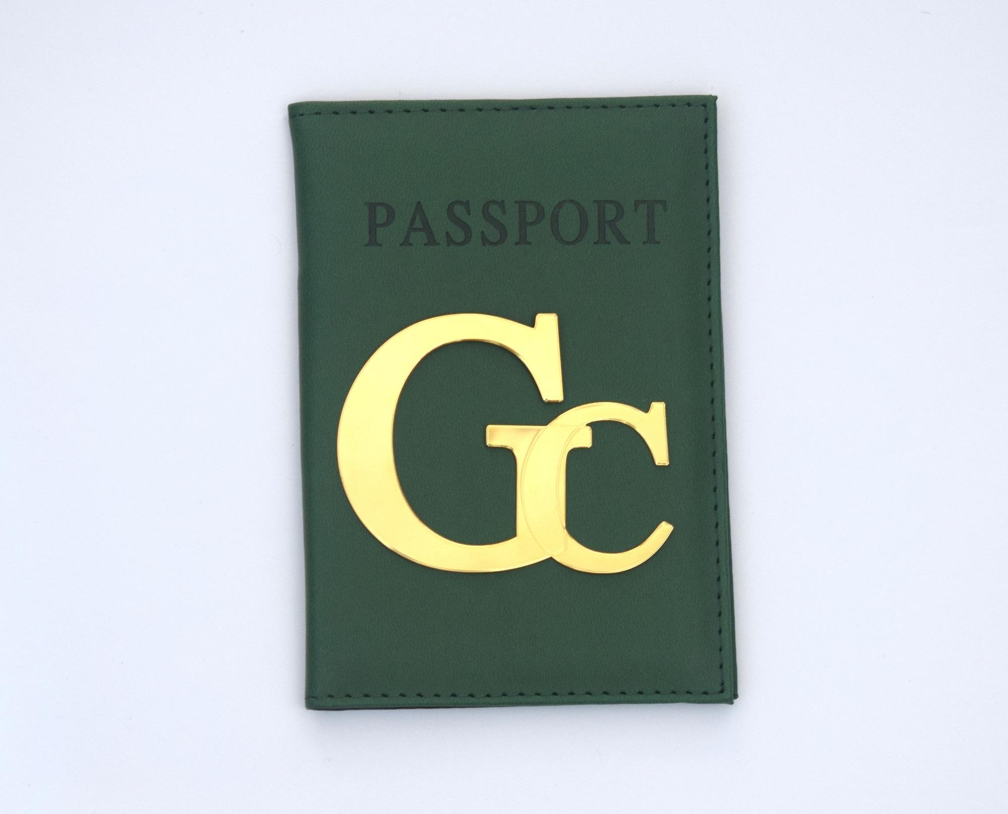 כיסוי לדרכון דמוי עור ירוק עם אותיות גדולות