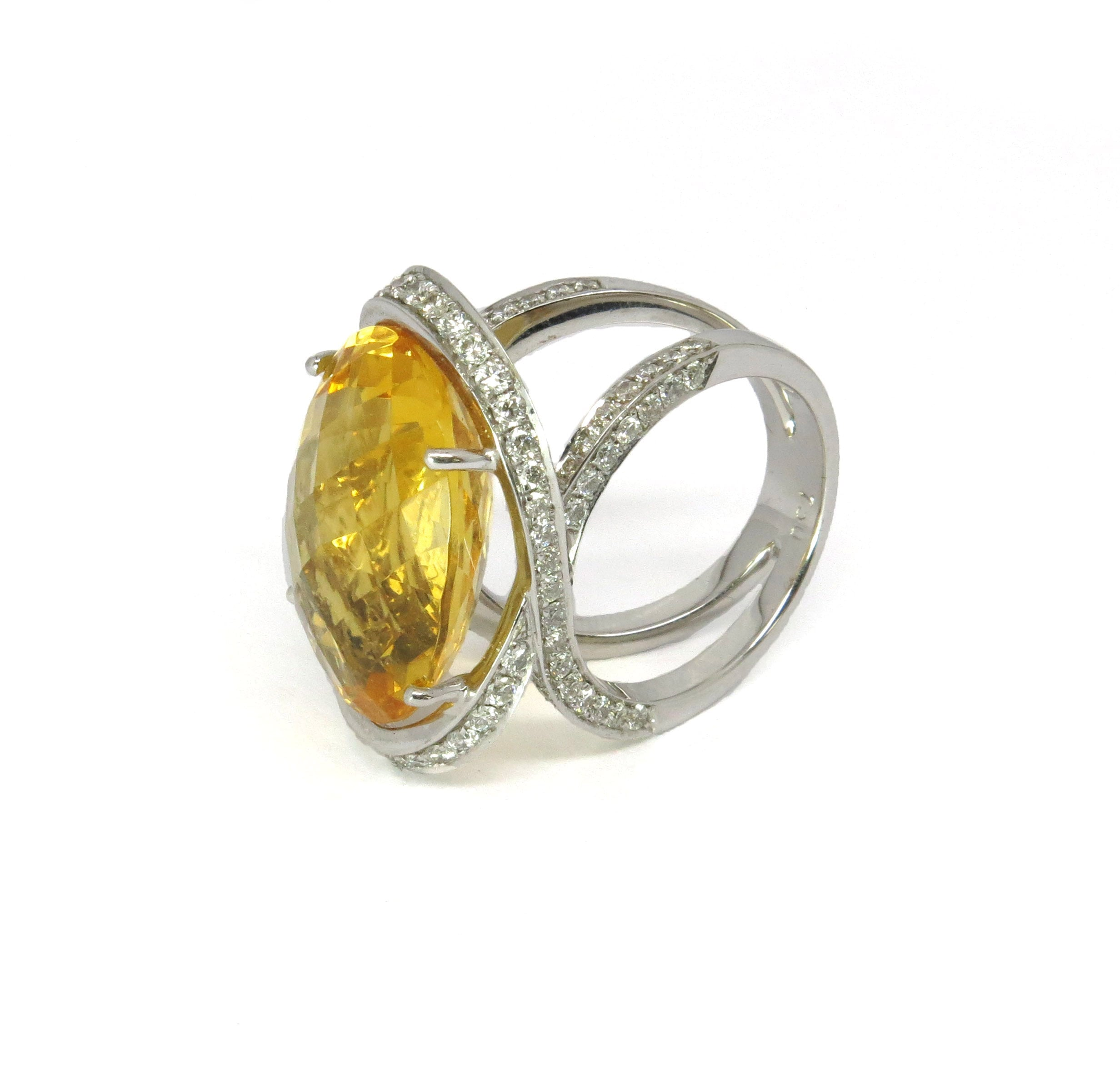 טבעת סיטרין צהוב ויהלומים מעוצבת בזהב לבן 18 קאראט