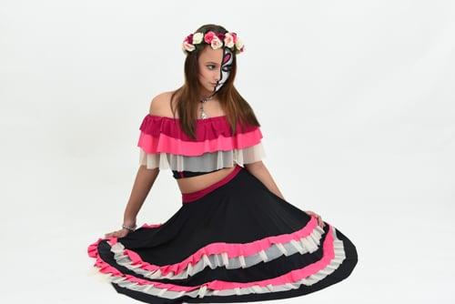 רקדנית מקסיקנית אלגנטית