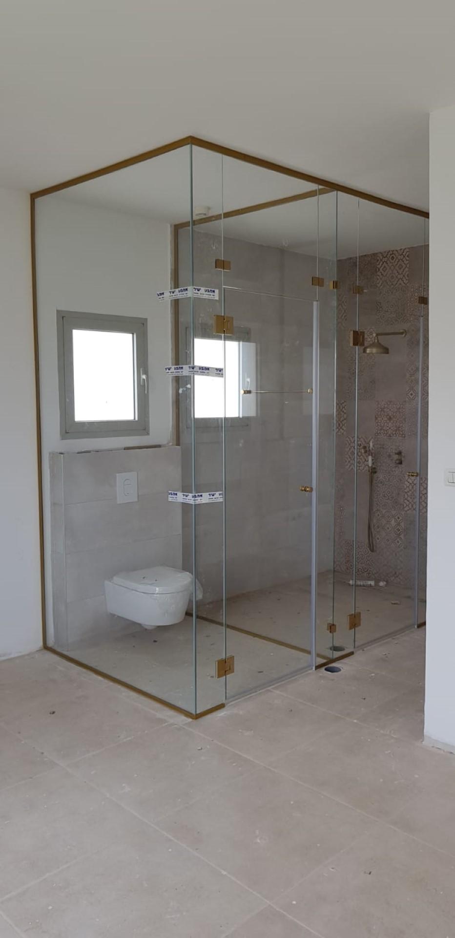 מחיצה לחדר מקלחת בפרזול זהב