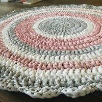 שטיחים לחדרי ילדים ותינוקות, שטיח סרוג בגווני ורודים בהירים לחדר של ילדה, שטיח סרוג, שטיח עגול סרוג בחוטי טריקו, חוטי  טריקו לשטיחים, שטיח בצבעים בהירים לחדר של ילדה
