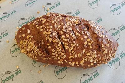 לחם מחמצת שיפון ללא סוכר, שמרים ושמן בתוספת אגוזים וצימוקים