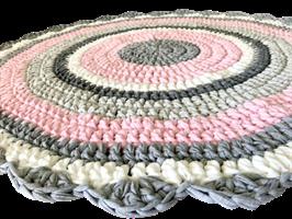 שטיח סרוג, שטיחים סרוגים, שטיח לחדר של ילדה, שטיח לחדר של תינוקת, שטיחים, שטיחים סרוגים, שטיח ורוד אפור לבן, עיצוב חדרי ילדים