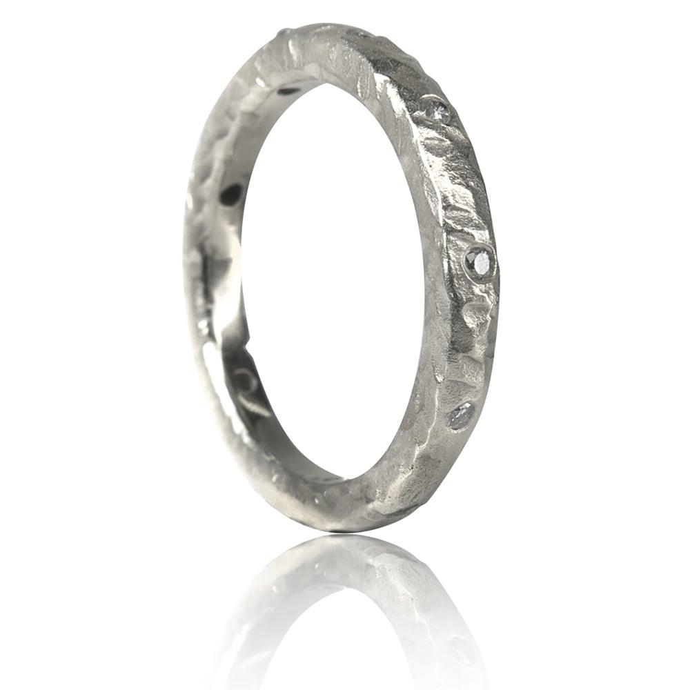 טבעת יהלומים בסגנון מחוספס מזהב לבן 14 קארקט