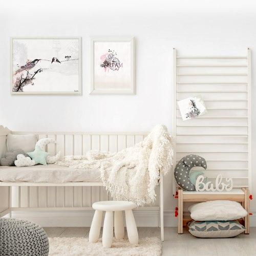 תמונה מינימליסטית לחדר שינה בצבעים סגולים