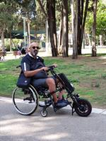 התקן לכיסא גלגלים ההופך את הכיסא לחשמלי