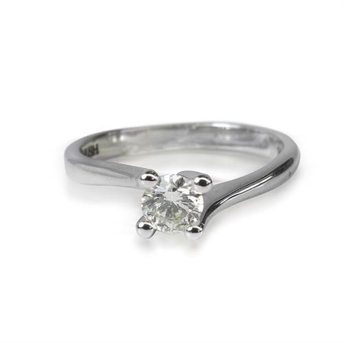 טבעת יהלום קלאסית עם טוויסט אופנתי 0.35 קראט בזהב 14 קאראט