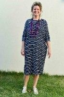 שמלה מדגם זוהר מבד טריקו עם דוגמה של פסים בכחול כהה ולבן