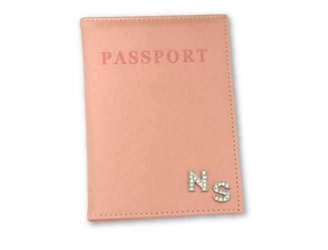 כיסוי לדרכון ורוד אפרסק עם אותיות משובצות כסף