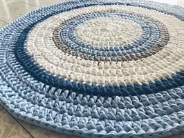 שטיח סרוג לחדר הילדים, שטיח עגול סרוג בחוטי טריקו, שטיח סרוג בגווני תכלת לבן ואפור, שטיח לעיצוב הבית וחדרי הילדים
