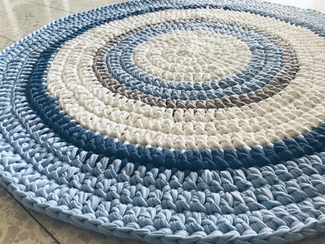שטיח עגול, שטיח תכלת אפור, תכלת אפור, שטיחים, שטיחים סרוגים, שטיח סרוג לחדר הילדים