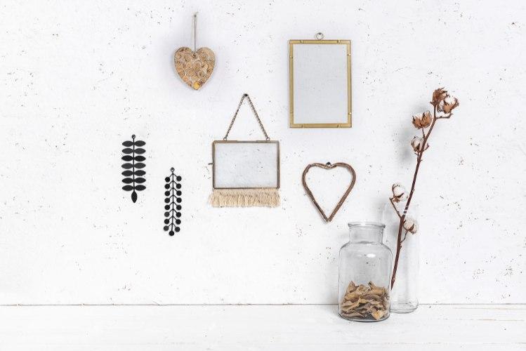 קיר מעוצב עם אלמנטים שונים