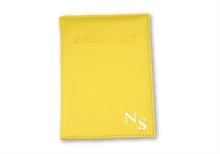 כיסוי לדרכון צהוב עם אותיות כסף חלקות