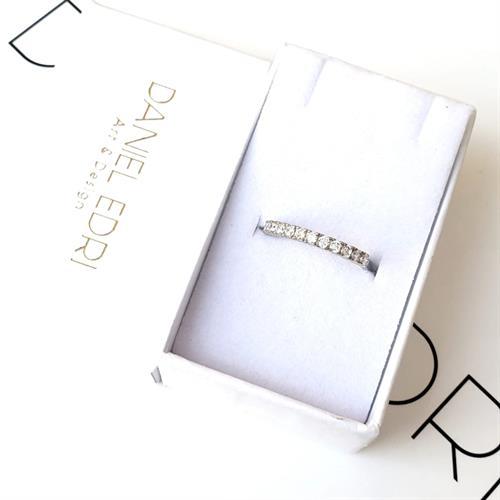 טבעת שורה משובצת