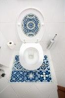 עיצוב איזור האסלה – מדבקה (39 ₪) שטיחון (88 ₪) סט (119 ₪) אקלקטי כחול מלכותי TIVA DESIGN