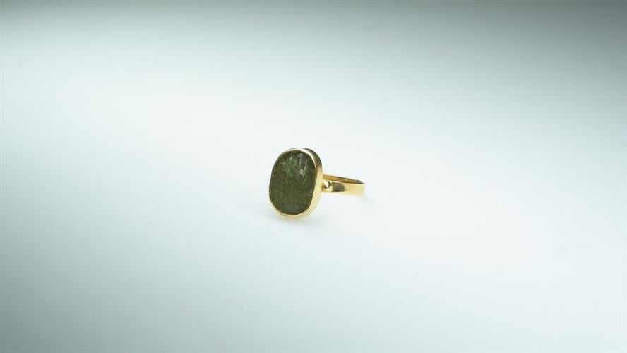 טבעת זהב משובץ זכוכית רומית