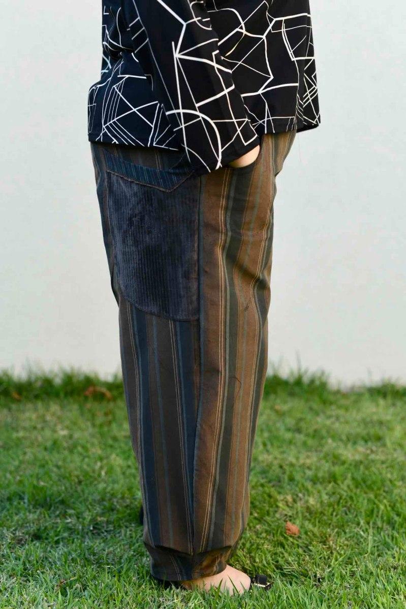 מכנסיים מדגם ג׳וזף מבד קורדרוי עם פסים בצבעים של חום-בז׳-כחול מעושן-אפור