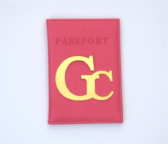 כיסוי לדרכון דמוי עור ורוד עם אותיות גדולות