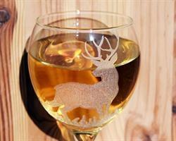 איל עם קרניים | כוס יין