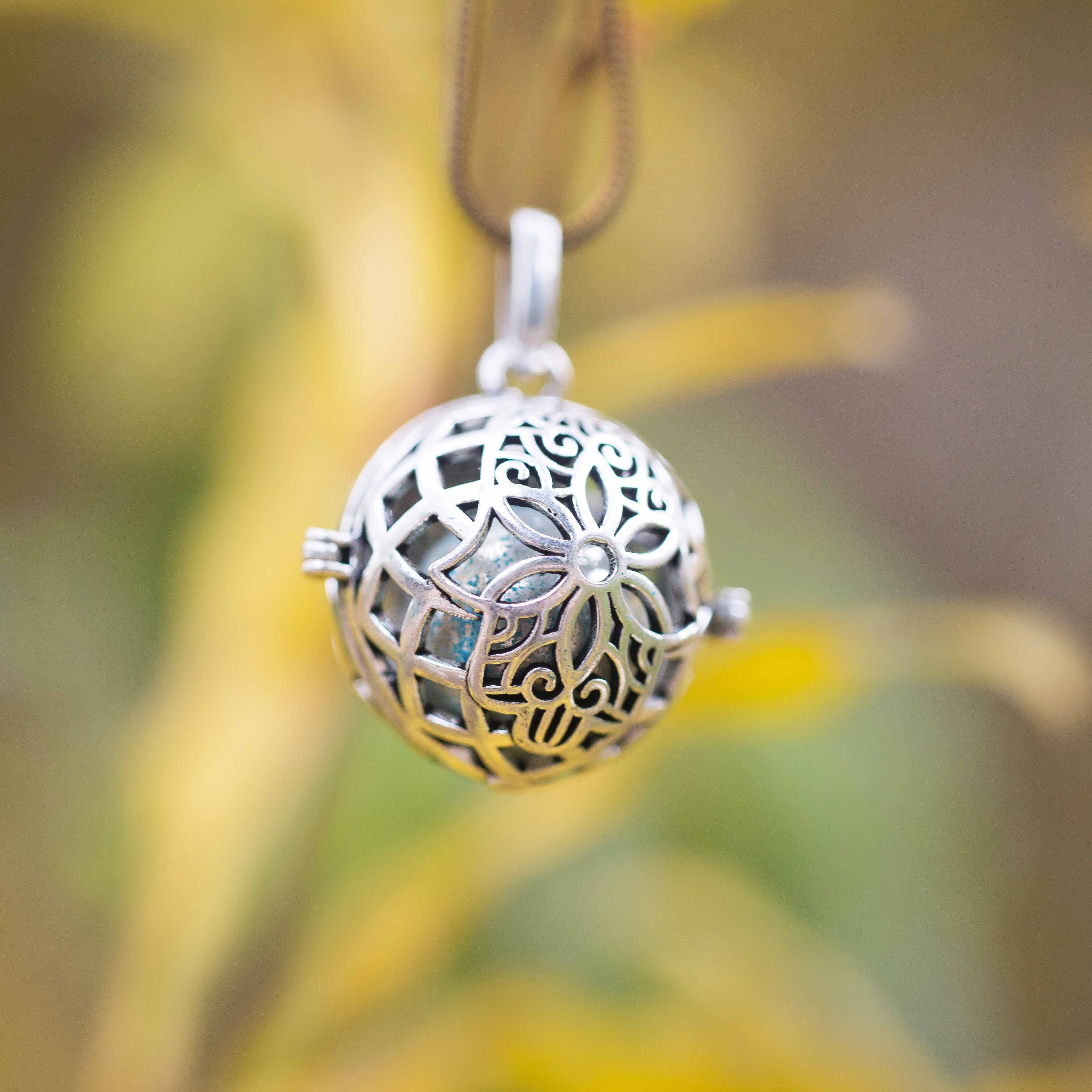 תליון כדור פרח מעוטר עם פעמון מצופה כסף