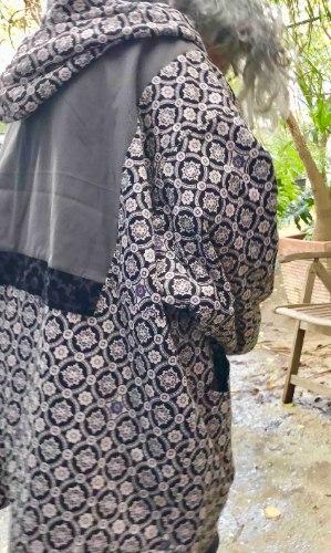 מעיל מדגם אליס עם הדפס בשחור ואוף-ווייט