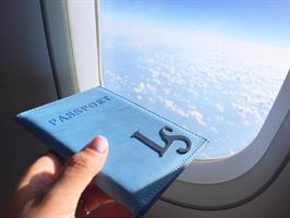 כיסוי לדרכון דמוי עור כחול עם שם מלא והקדשה אחורית
